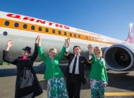 John Travolta apresenta avião da Qantas inspirado nos anos 70