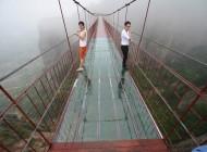 Ponte de vidro a 180 metros de altura desafia coragem de turistas